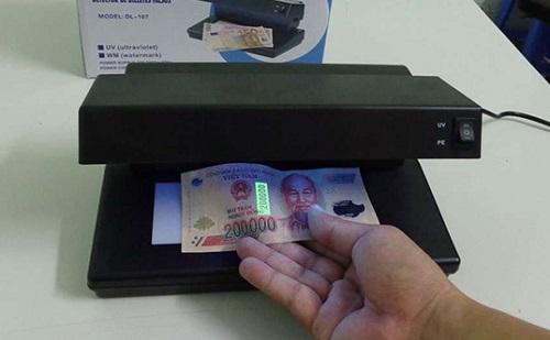 Cách dùng máy soi tiền giả đúng kỹ thuật như thế nào?